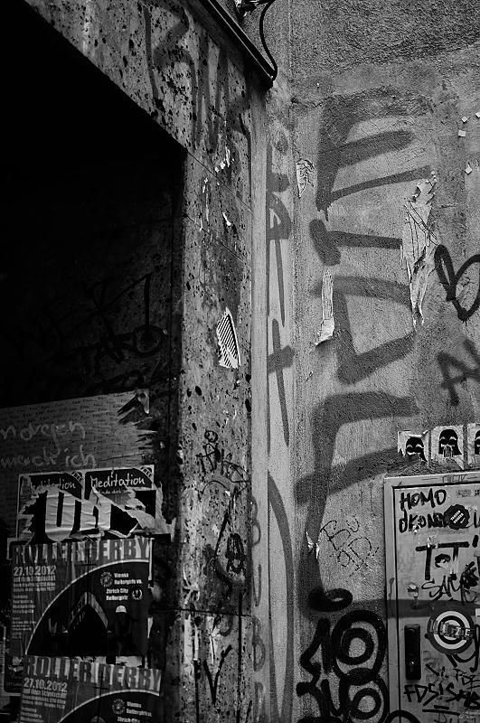 Quando il tempo è grigio e mancano le ombre, i graffiti sono una delle poche cose che vien voglia di fotografare, soprattutto in bianco e nero