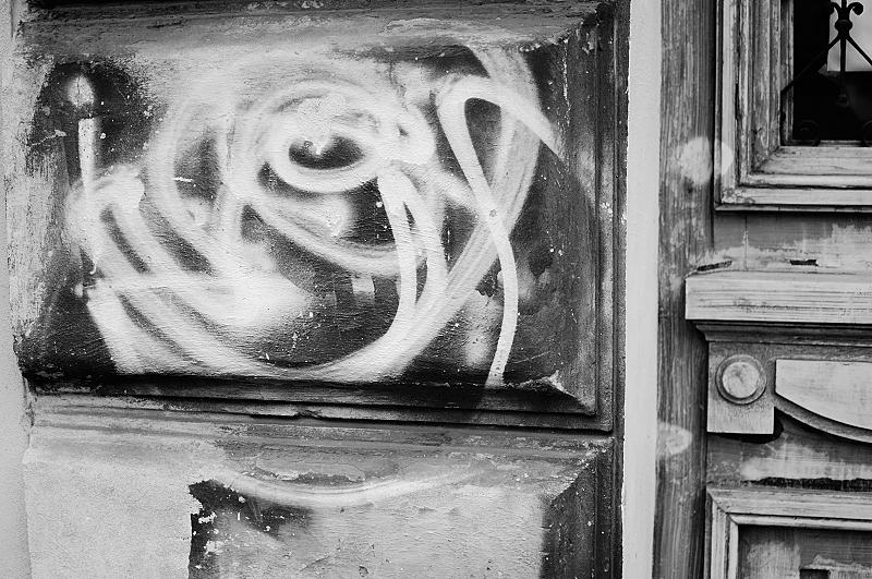 A volte, facendo foto a caso senza guardare nell'obbiettivo, si riescono a fare scatti interessanti, come quello di questo graffito vicino ad una porta