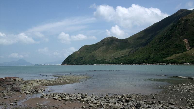 La costa nei pressi di Tai-O, montagna che cala direttamente nel mare azzurro