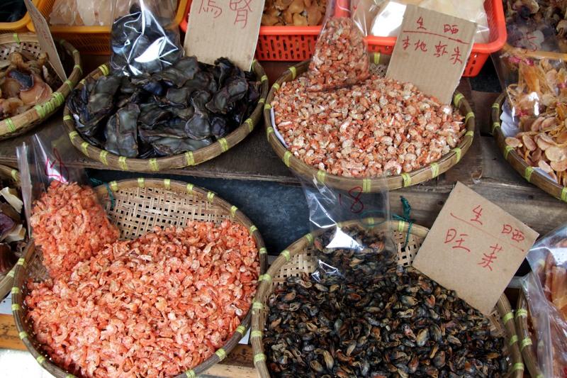 Una colorata bancarella di pesce secco a Tai-O
