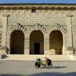 La bici in posa davanti al Palazzo Te di Mantova