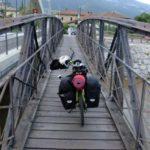 La bici su un vecchio ponte.