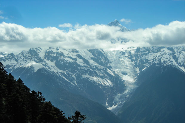 L'impressionante ghiacciaio MingYong che scende dal Kawa Karpo
