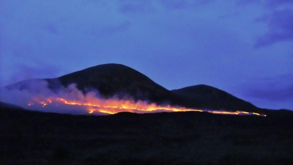 Incendi controllati di edera (Muirburn), di notte, nei pressi di Torrin